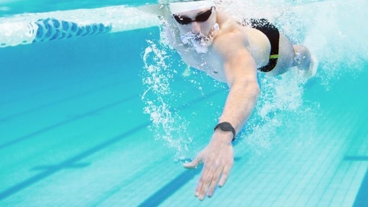 Лучшие водонепроницаемые фитнес-трекеры для плавания
